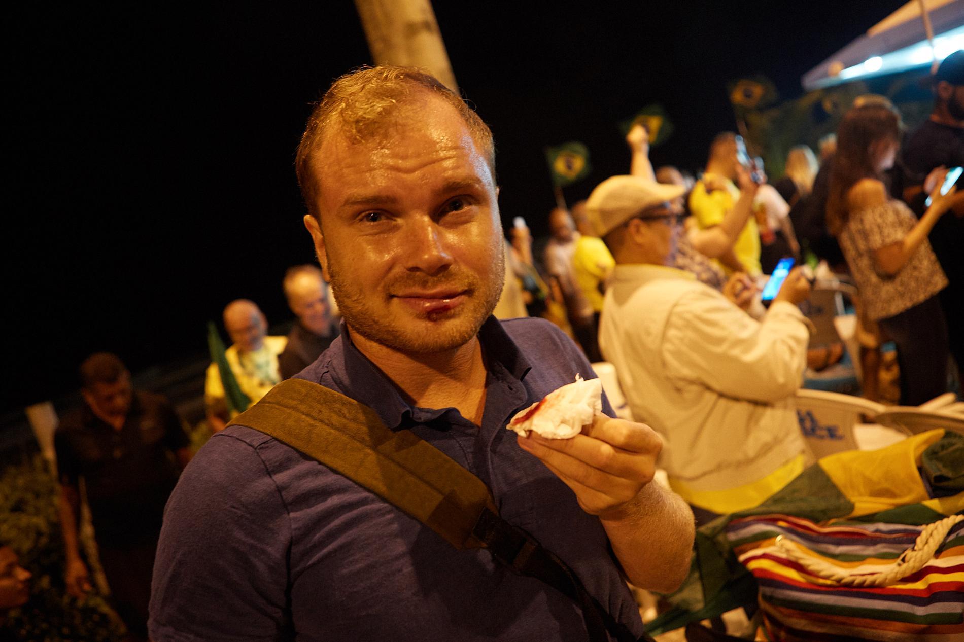 Aftonbladets reporter Petter Larsson fick ett fyrverkeri på foten och spräckte läppen under Bolsonaro-anhängarnas firande.