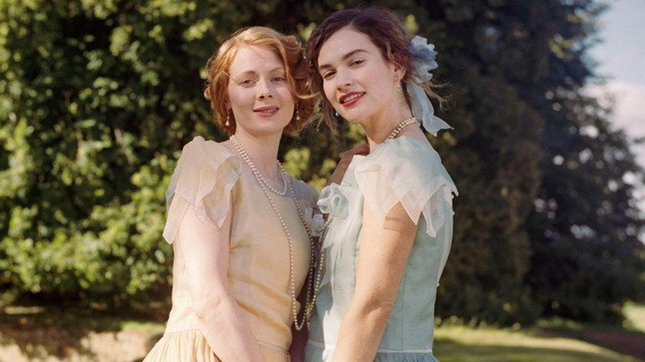 """Emily Beecham och Lily James i """"The pursuit of love""""."""