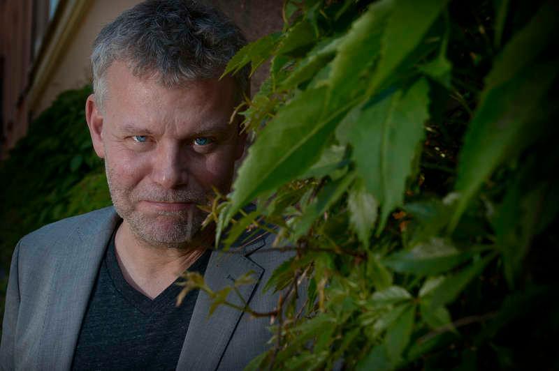 """Färre huvudkaraktärer Arne Dahls nya bok """"Utmarker"""" introducerar poliserna Sam Berger och Molly Blom. De utreder mord med förgreningar till deras förflutna."""