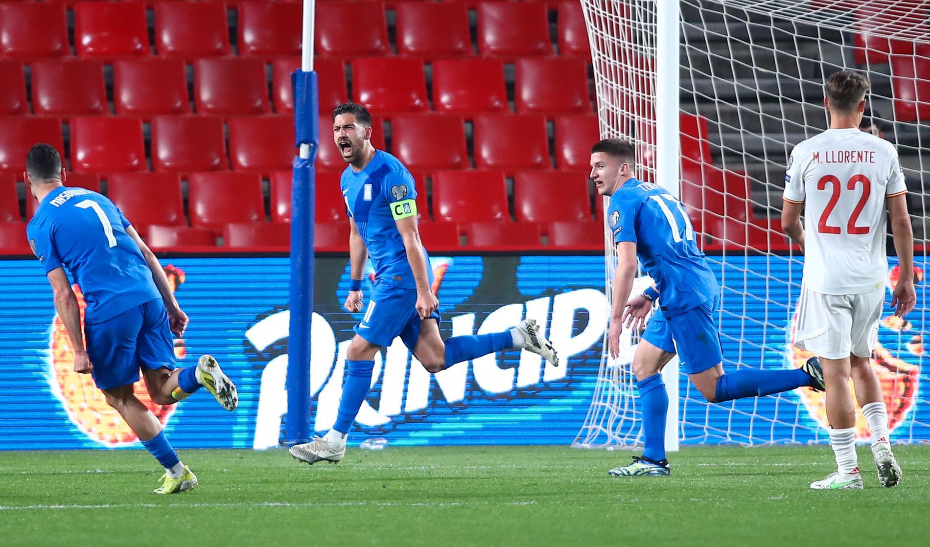 Tasos Bakasetas firar efter att Grekland gjort mål mot Spanien i VM-kvalet.