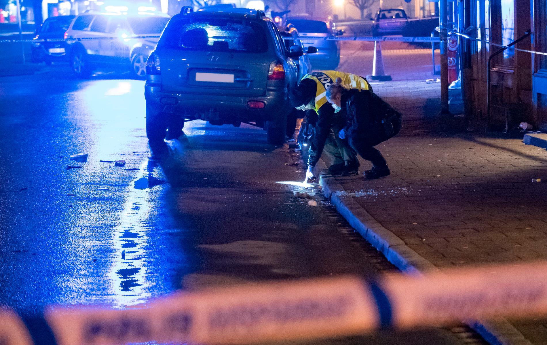 Kriminaltekniker i arbete innanför avspärrningarna efter mordet i Kristianstad den 27 januari. Arkivbild.