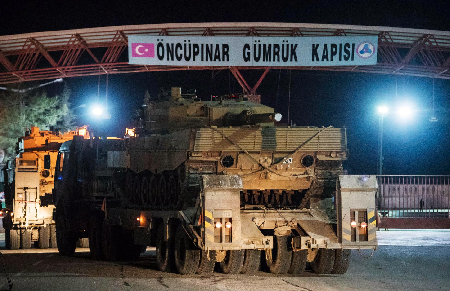 Turkisk militär vi gränsen.