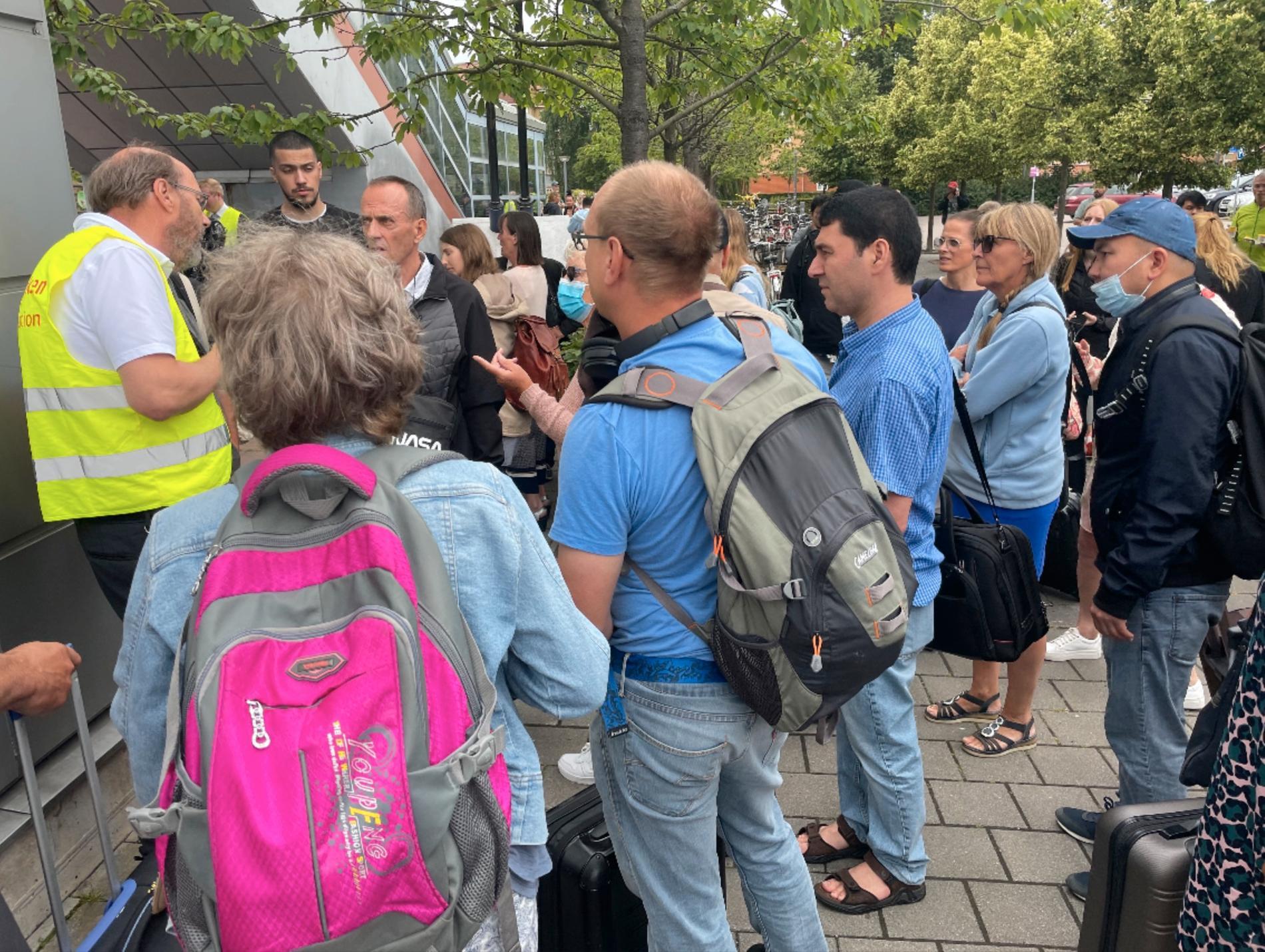Resenärer väntar på besked vid tågstationen i Hässleholm.
