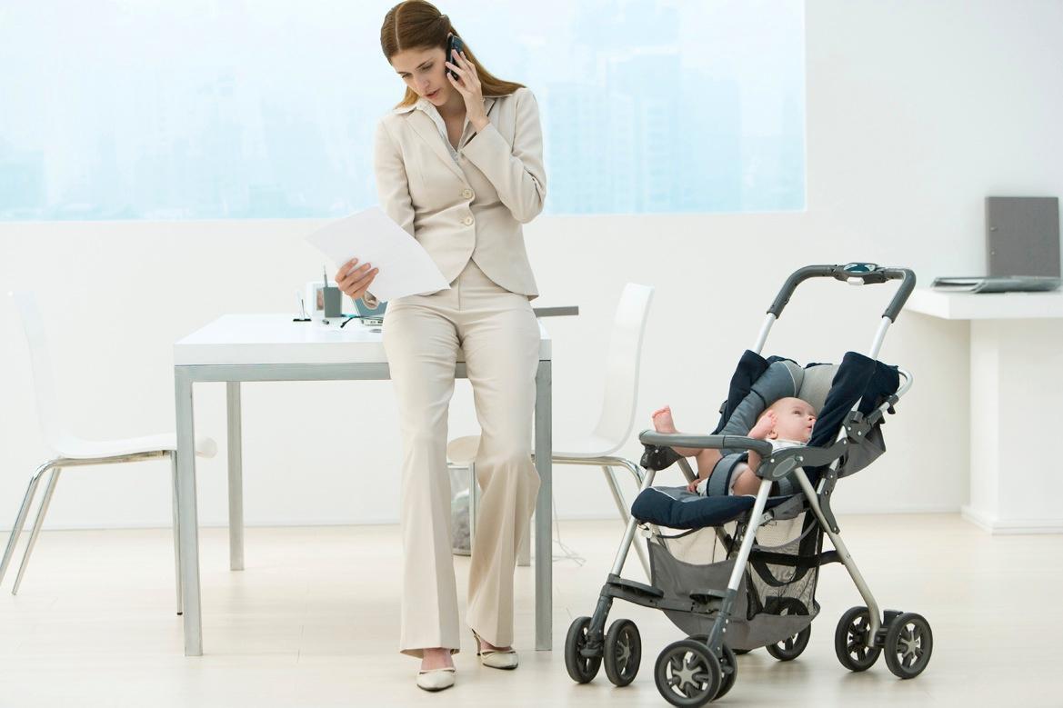 Omöjlig kombination  Politik för familjer är inte alltid politik för kvinnor. Idag är det fortfarande svårt att vara mamma och inneha en topposition i Sverige.