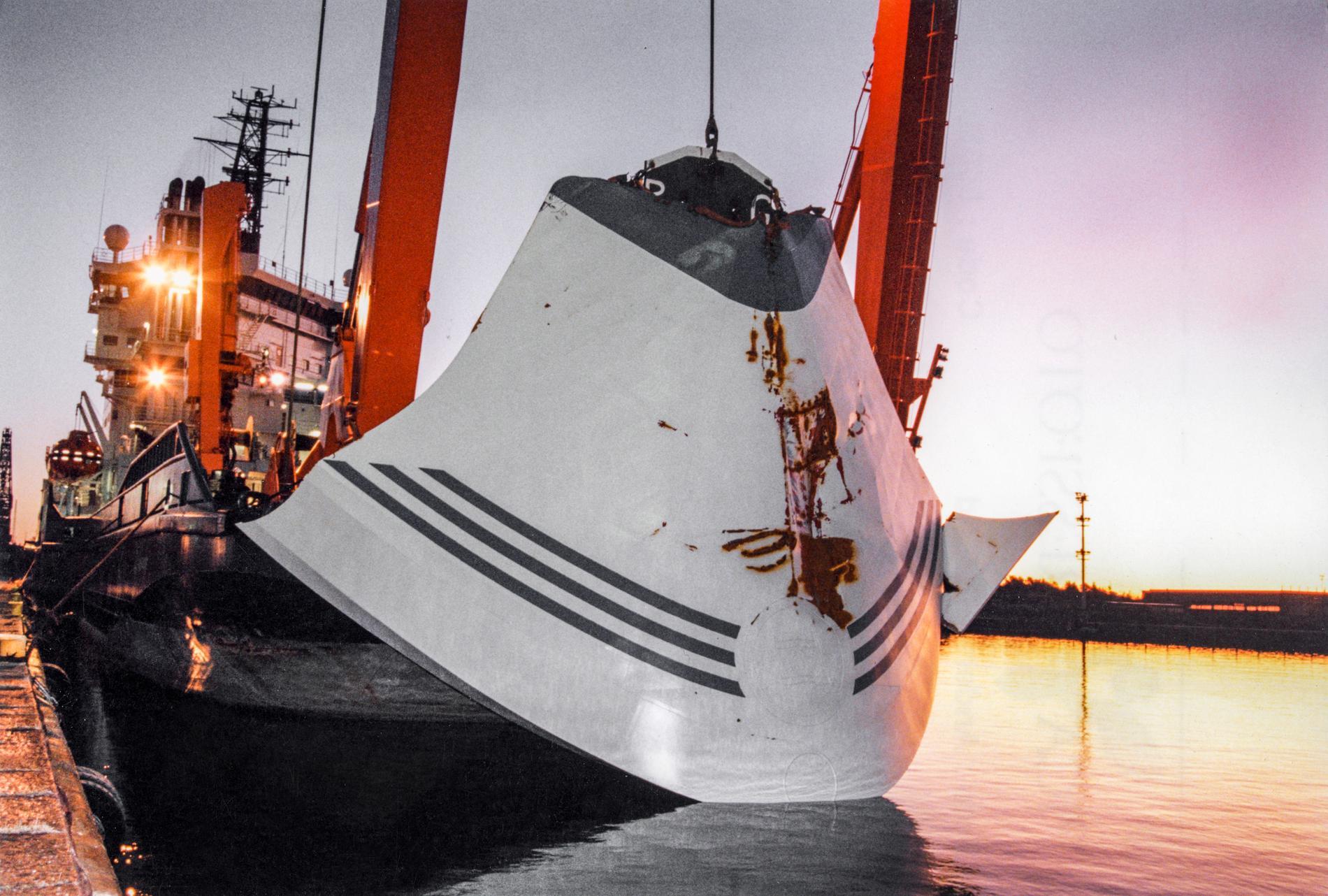 Bärgningsfartyget Ugland står intill kajen i Hangö, Finland, 19:e november 1994 efter att ha bärgat bogvisiret till passagerarfärjan M/S Estonia.