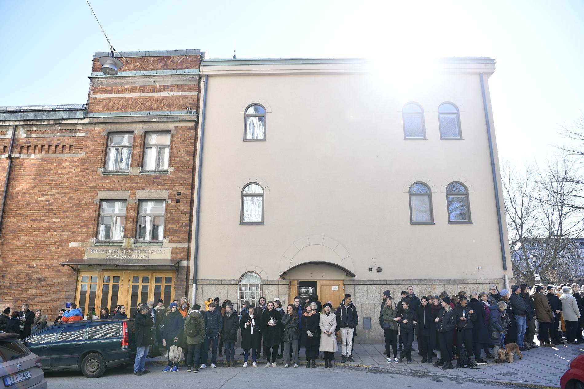 Stockholms moské skyddades av en mänsklig ring för rätten att be i trygghet.
