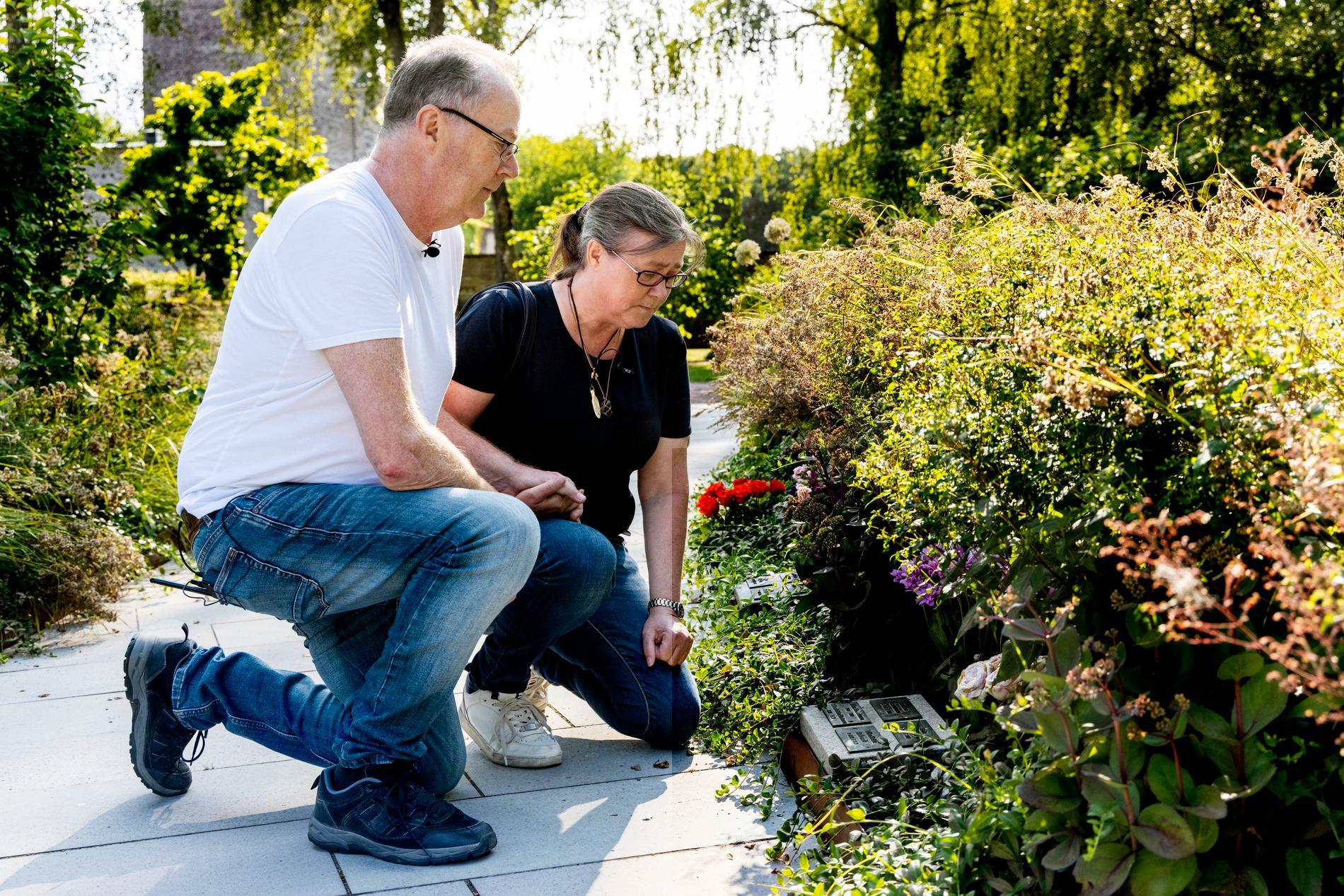 Jonathans föräldrar besöker sonens grav flera dagar i veckan.