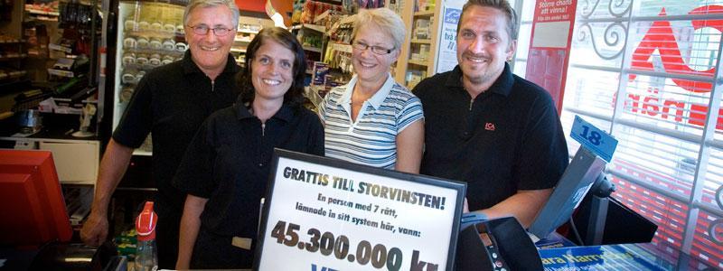 Norrlandskvinnan vann 45 miljoner på V75. Kupongen var inlämnad  på ICA-Nära i Bygdeå. På bilden syns Kenneth Andersson, butiksägare, Angelica Höglund, som jobbar i butiken, Gunilla Andersson, butiksägare och  Magnus Andersson, som jobbar i butiken.