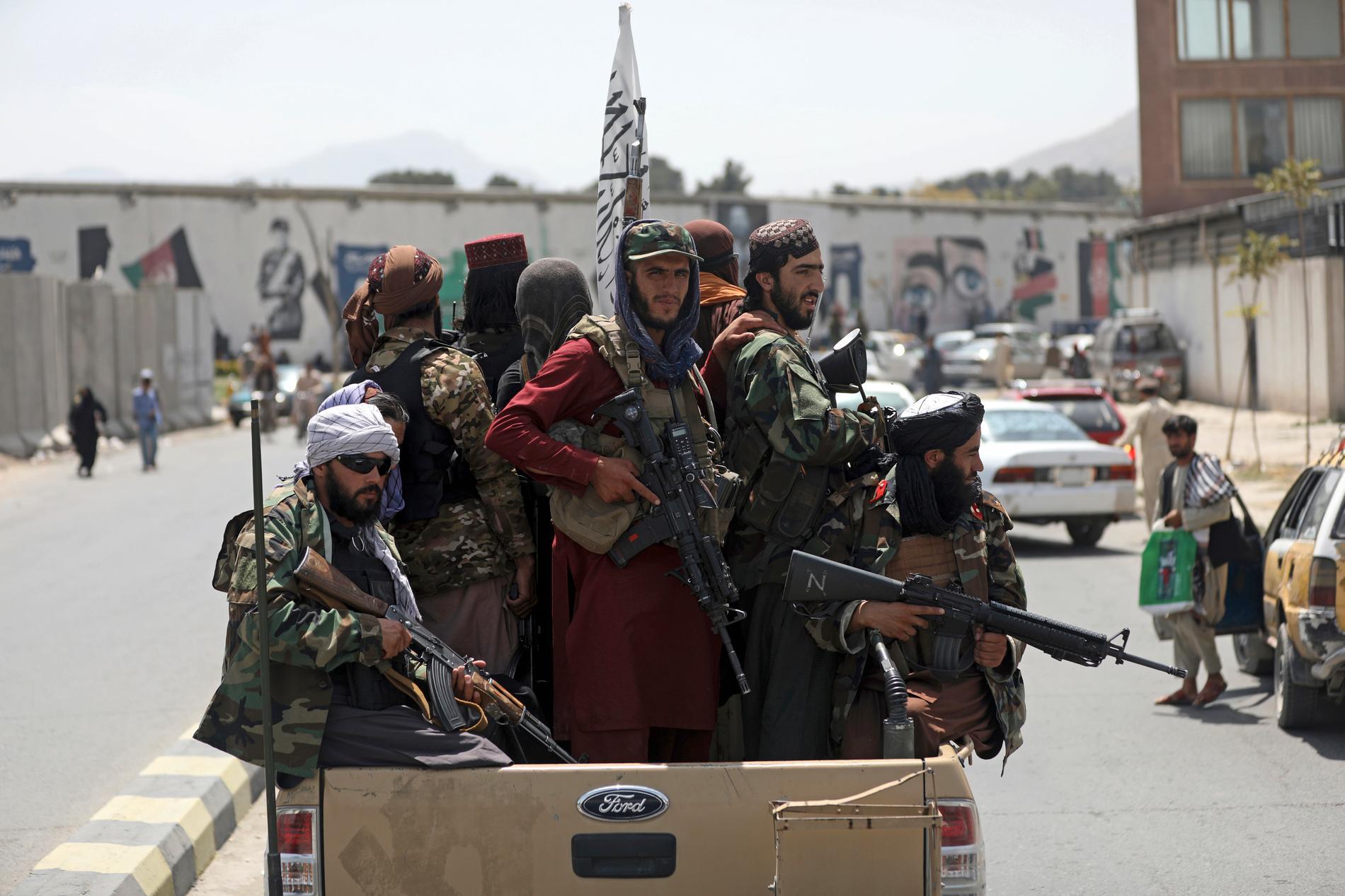 Talibaner patrullerar i Kabul.