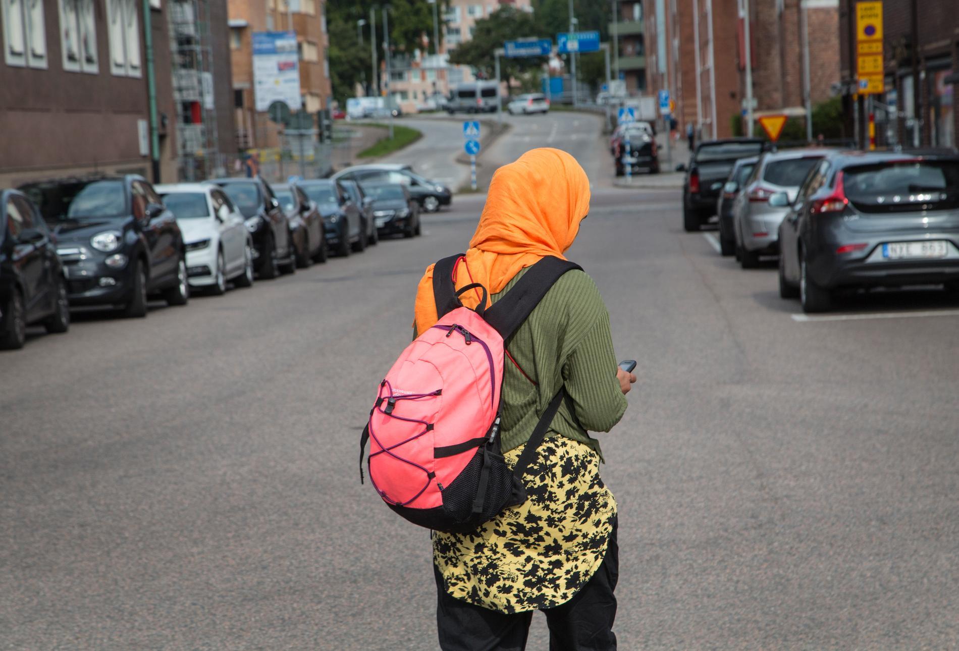 20180908 Kvinna med slöja promenerar på gata i Halmstad. Foto: Fotograferna Holmberg / TT / kod 96