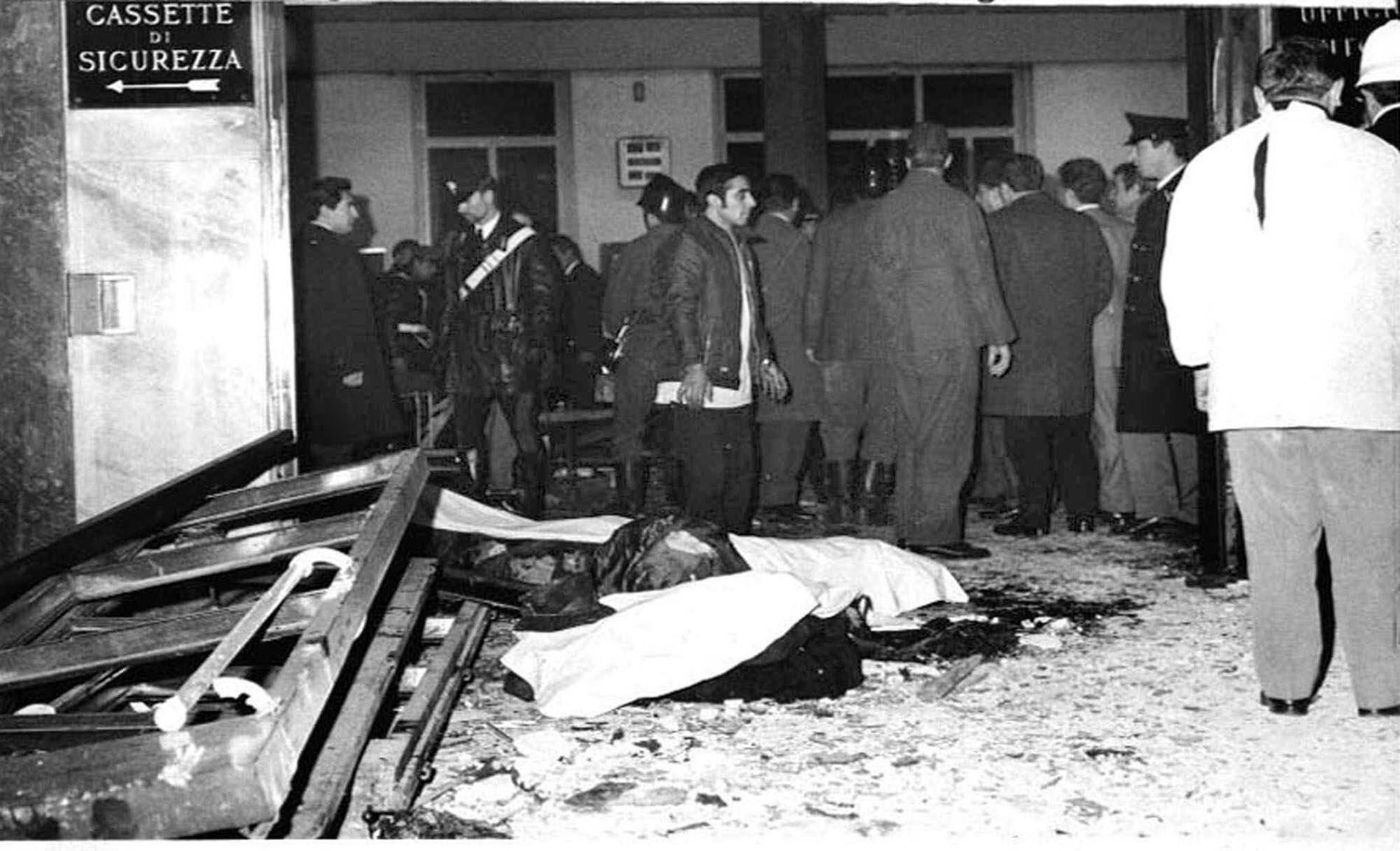 Förödelsen efter ett av terrorgruppen Ordine Nuovos  bombdåd i Milano 1969.