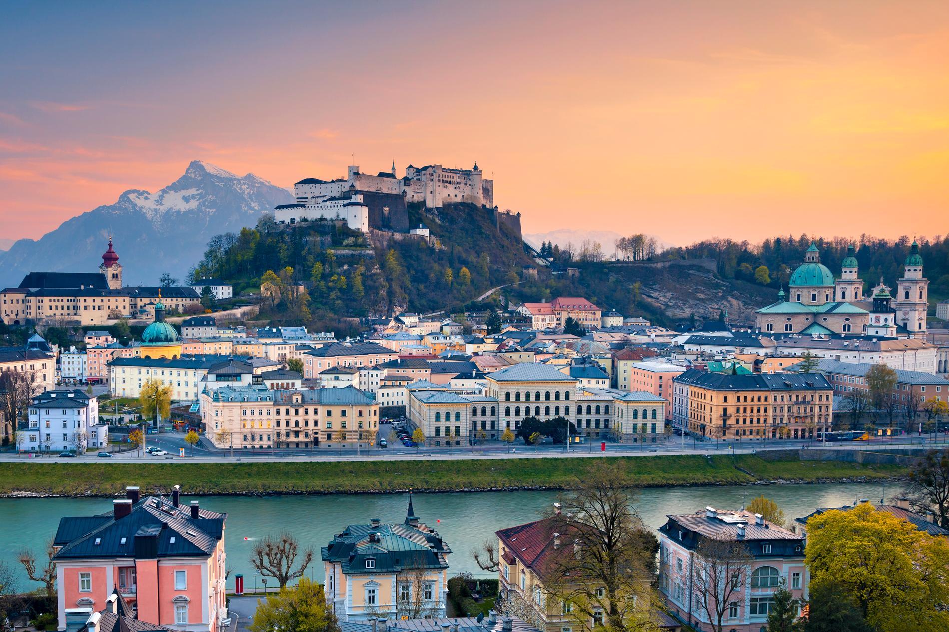 Salzburg är en vacker stad med bergen som kuliss.