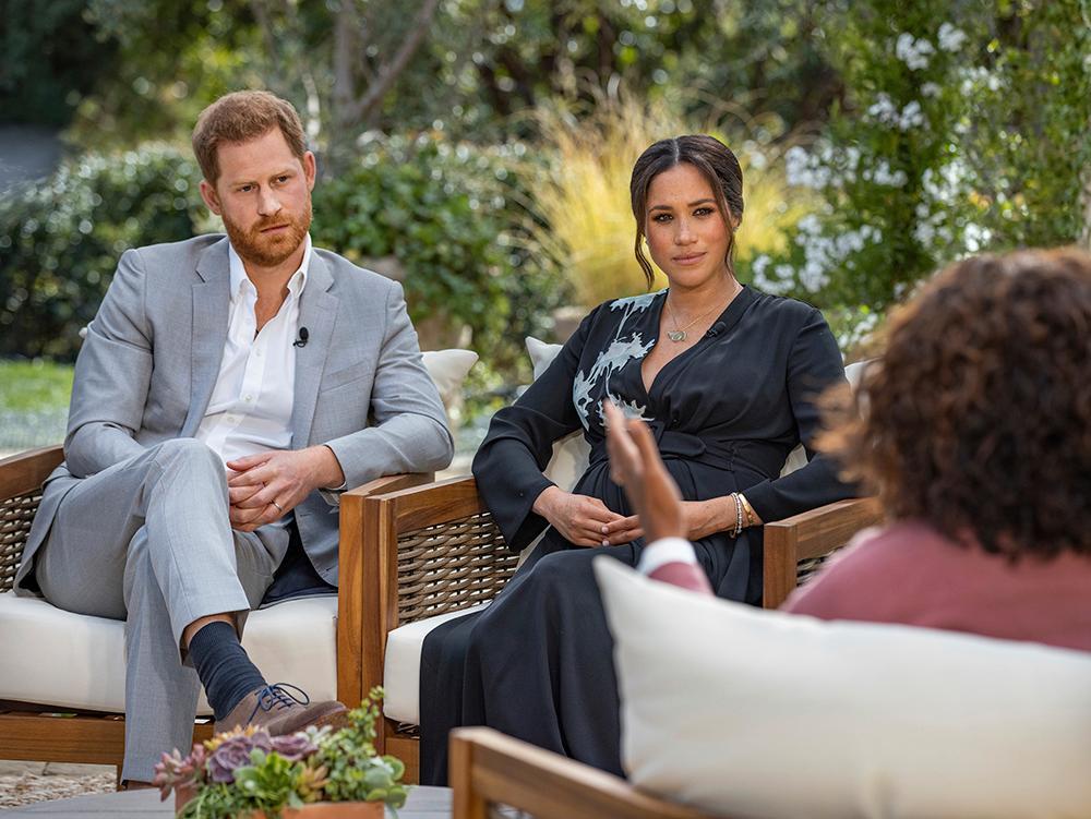 Prins Harry och Meghan blev intervjuade av Oprah Winfrey. De anklagade kungafamiljen för att vara rasistisk och hovet för att vara känslokallt.