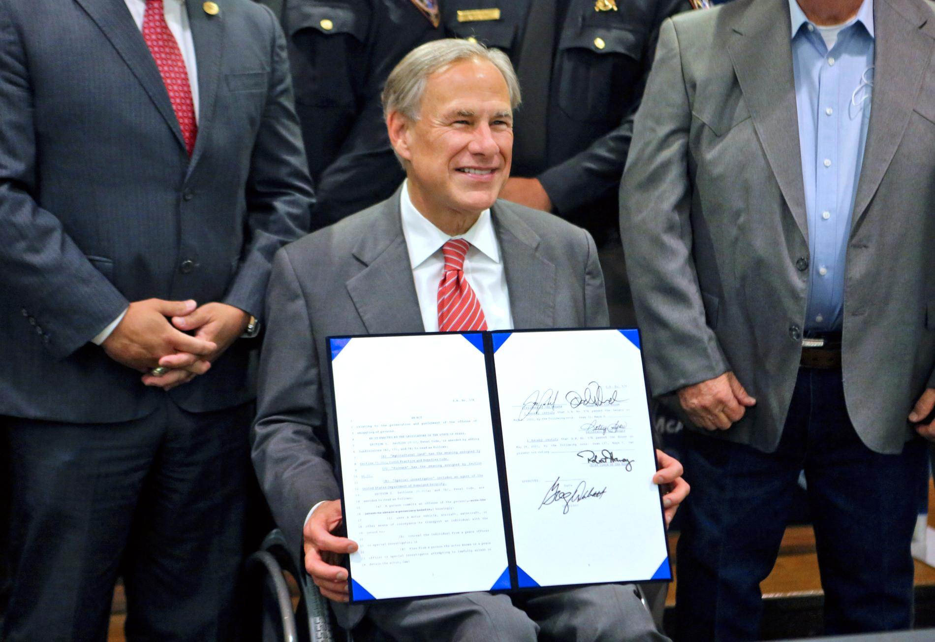 Texas republikanske guvernör Greg Abbott visar upp det lagförslag som han undertecknade i september som ska ge ytterligare finansiering för säkerhet vid gränsen mellan USA och Mexiko.