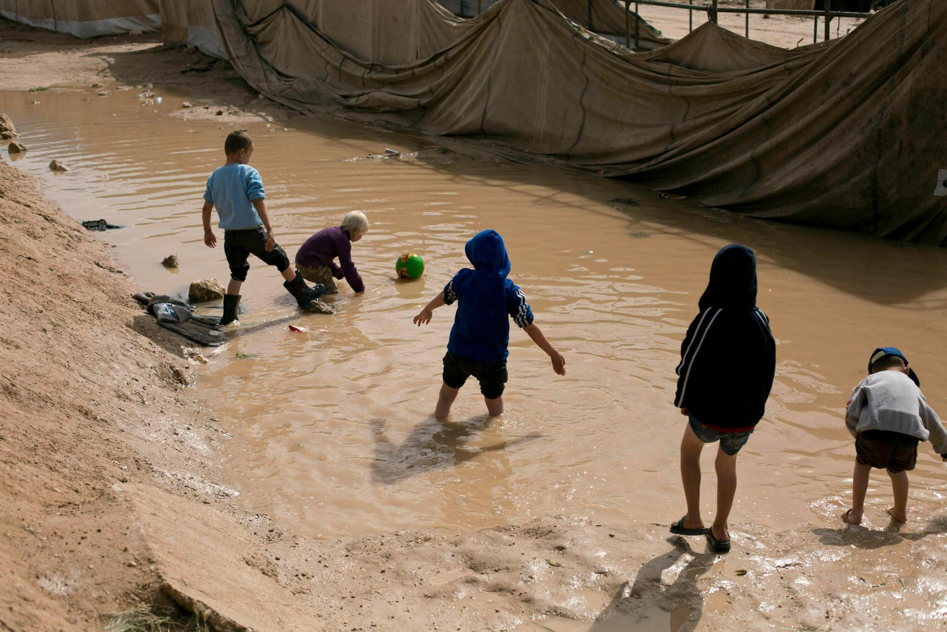 Barn till IS-fångar som leker i lägret al-Hol i nordöstra Syrien. Arkivbild.