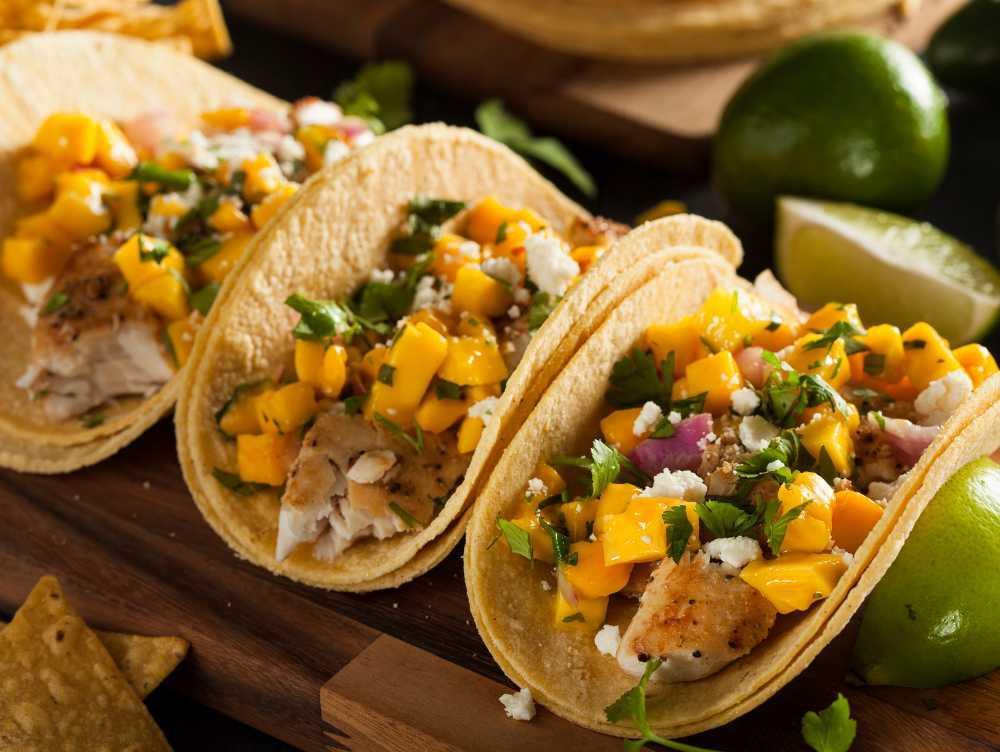 Fish taco med mangosalsa och cole slaw