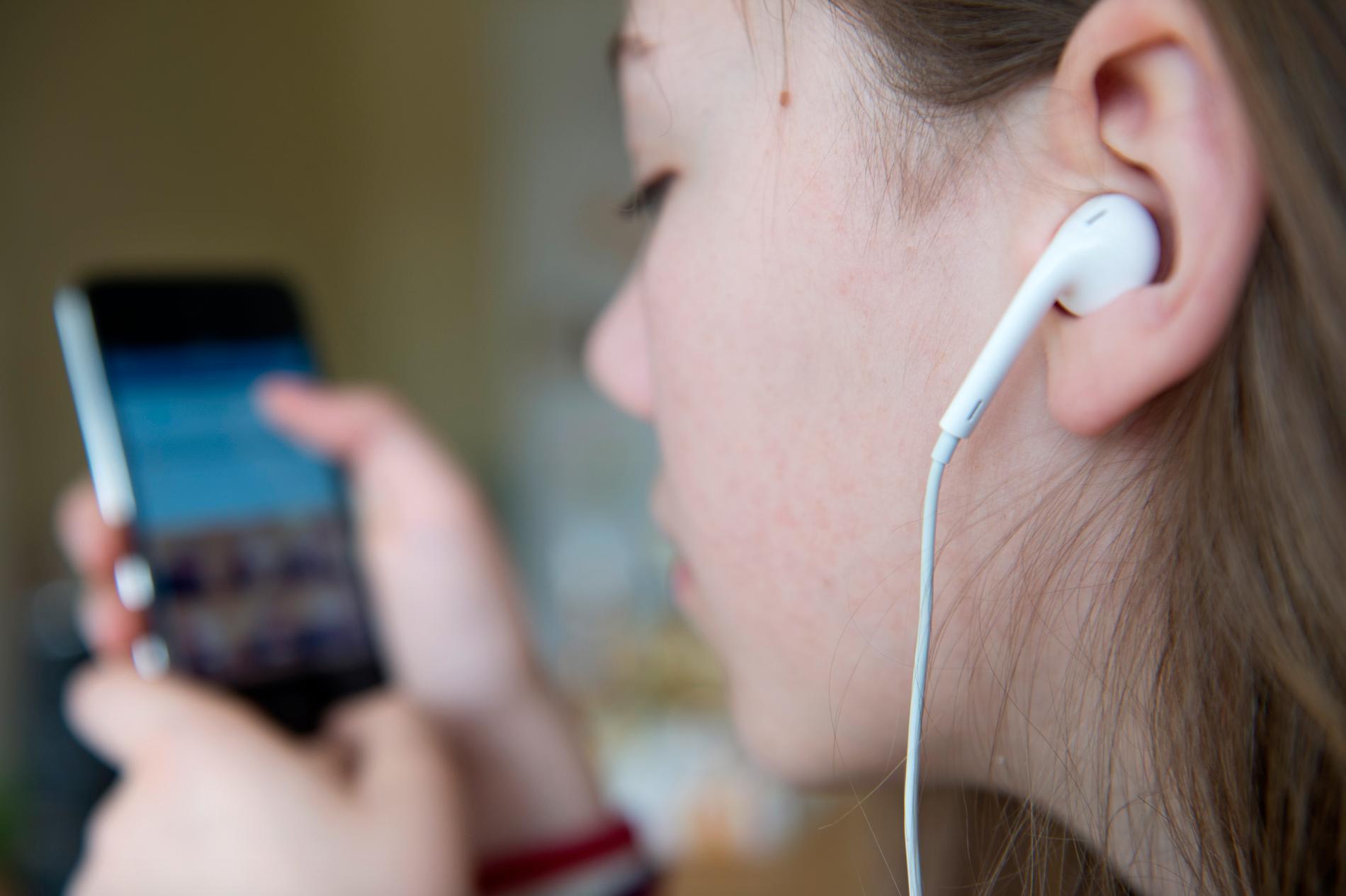 Fler lyssnar på lugn musik och meditationspoddar när social distansering krävs. Arkivbild.