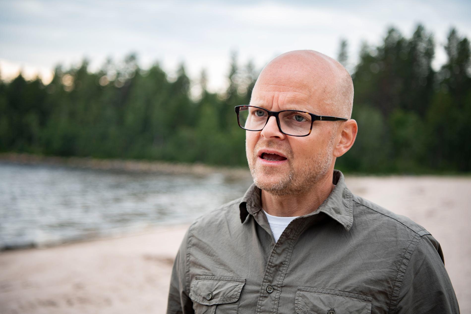 """""""Exceptionella stränder och samtidigt så lite folk som möjligt"""". TV4:s exekutiva producent Gustav Carlsson beskriver valet av Haparanda skärgård, på plats på en av stränderna som kommer att användas under """"Robinson""""-inspelningen."""
