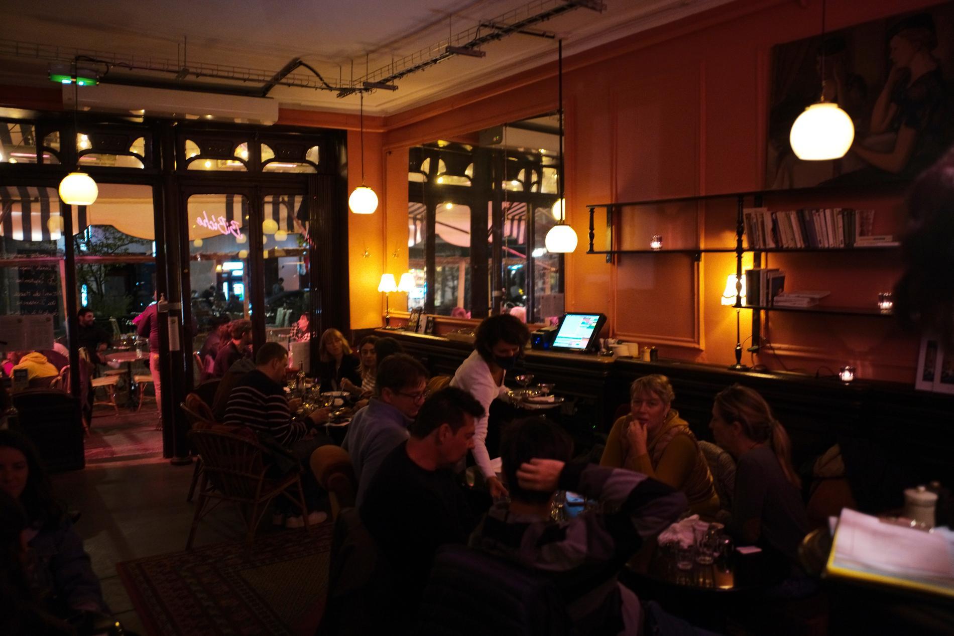 Restaurangbesökare i Paris i en bild från slutet av september.