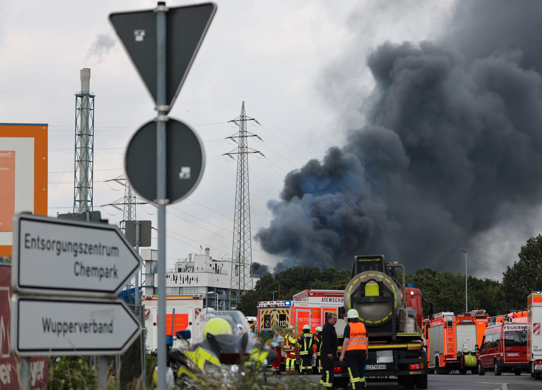 Ett svart rökmoln stiger mot himlen direkt efter explosionen den 27 juli.