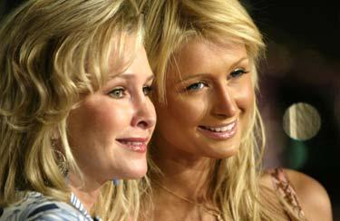mor och dotter Kathy och Paris Hilton avslöjade delar av dotterns bröllopsplaner.