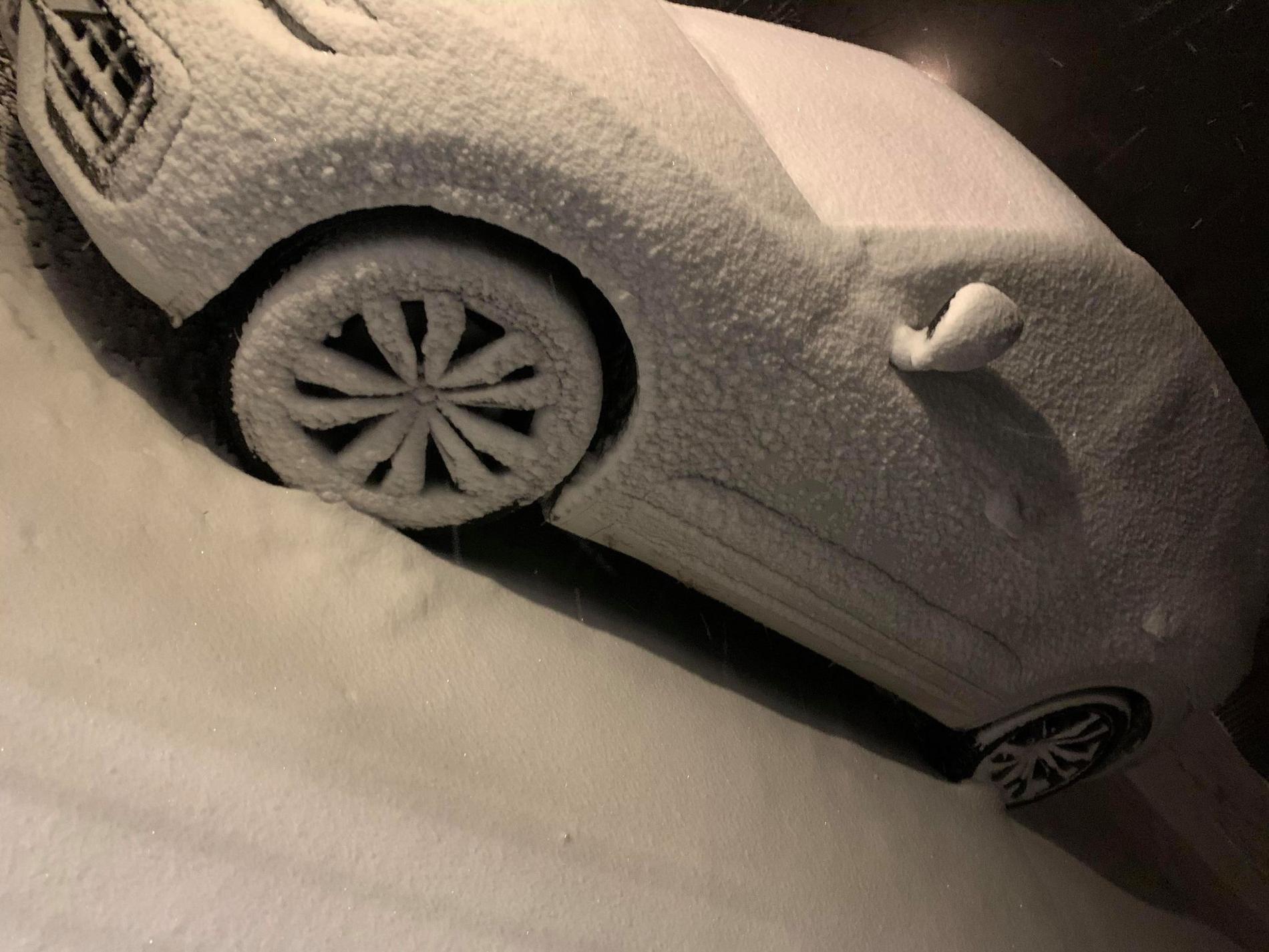 Bil täckt i snö i Skellefteå.