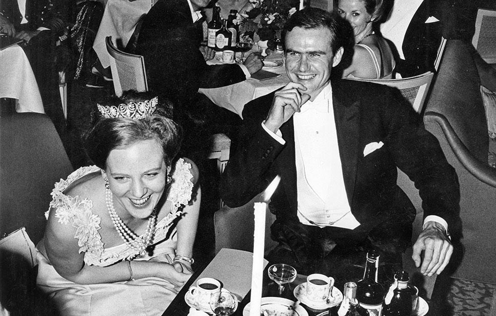 Margrethe och Henrik träffades på en middag i London 1965. Men det var först ett år senare som relationen blev seriös. Bilden är tagen vid bröllopet mellan Bertil Bernadotte och Rosemarie Hearing, dotter till likörkungen Peter Hearing, i Holmens kyrka Köpenhamn 28:e september 1966.