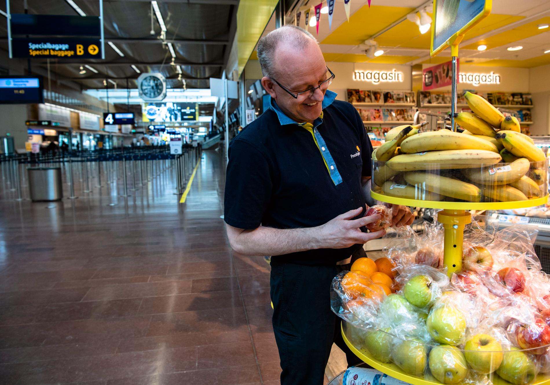 Olle Gustafsson packar in frukt på pressbyrån.