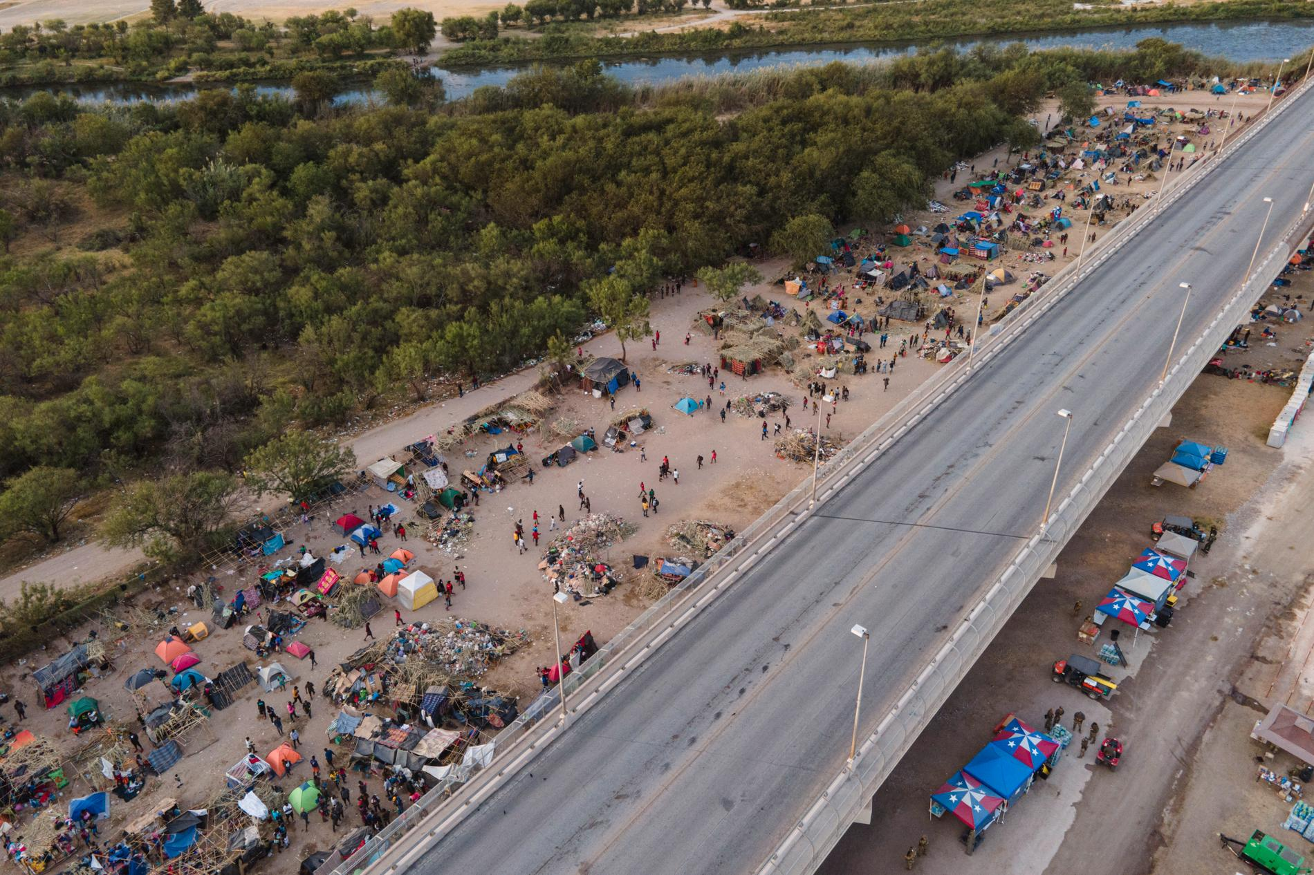 Migranter längst med Del Rio-bron i Texas