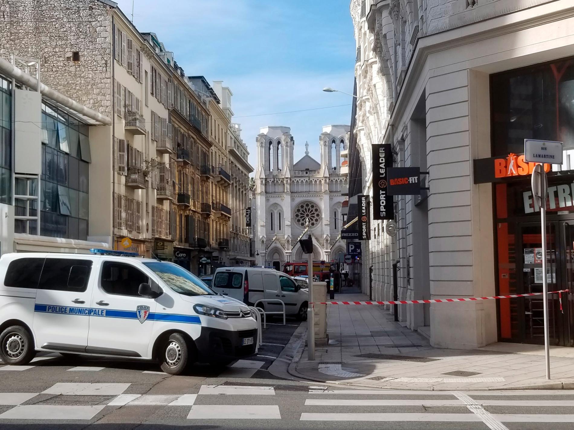 Avspärrningar vid katedralen i Nice.