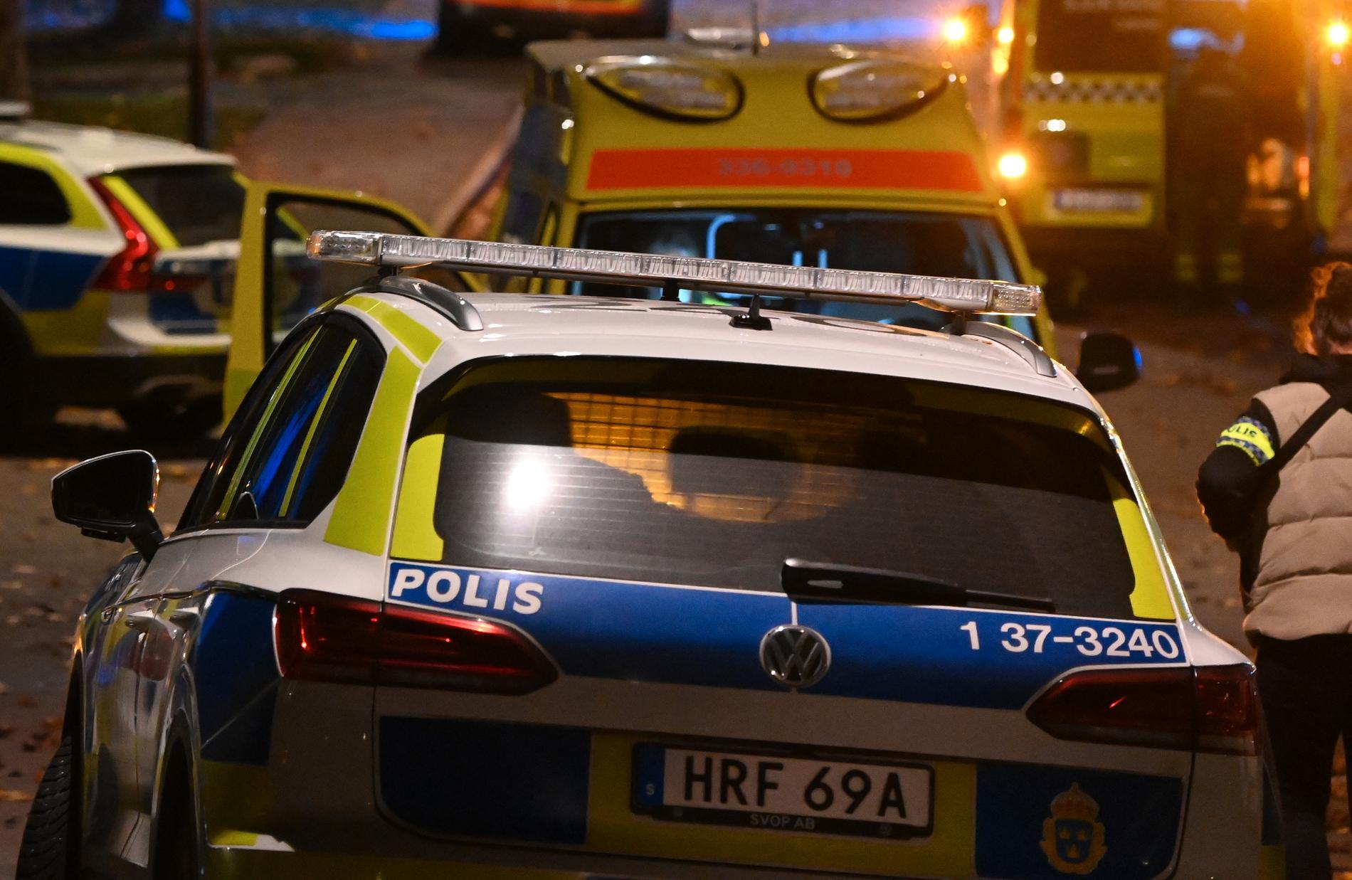 Två personer träffades av kulorna. En man sköts ihjäl och en pojke skadades.