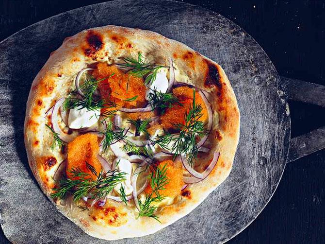 Pizza bianco med löjrom.