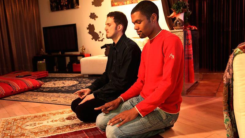 """öppet för alla Ludovic-Mohamed Zahed (med maken Qiyamudin till höger) har startat en moské för homosexuella i Paris. En saudisk nyhetskanal rapporterade om nyheten med kommentaren: """"Vi närmar oss jordens undergång""""."""