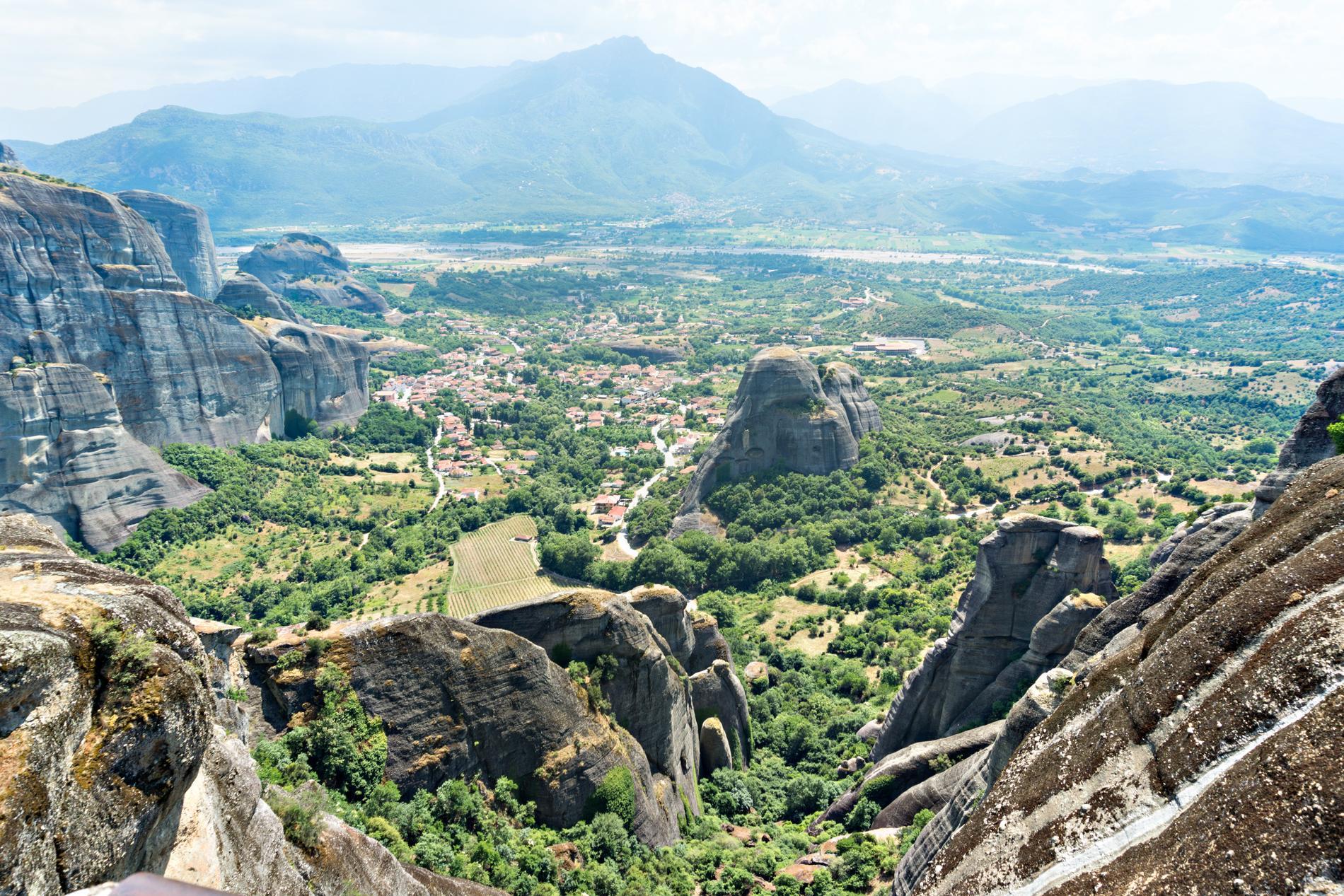Mäktiga stenformationer finns runt byn Kastraki.