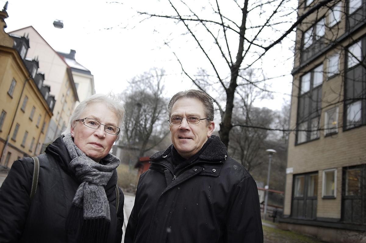 """Birgitta och Harry Gustavsson bor när Observatiorielunden och är glada över att Banverket backar i fråga om arbetstunneln. """"Det bor väldigt många barnfamiljer här och det är bra att vi slipper de tunga transporterna"""", säger Harry."""