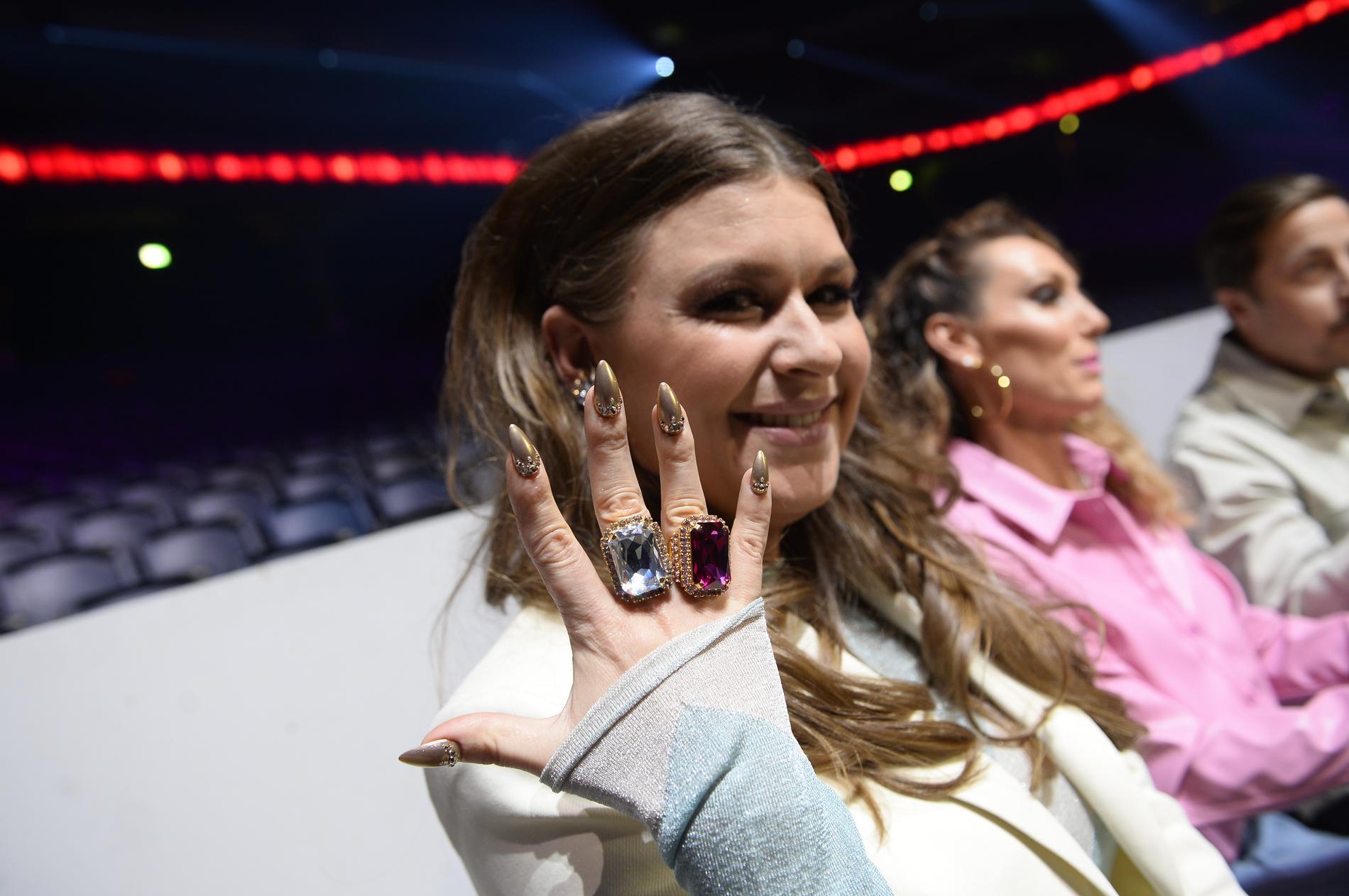 Linnea Henriksson ska titta på sina naglar när hon går tillbaka till småbarnslivet, för att minnas tillbaka på allt glitter och glamour.