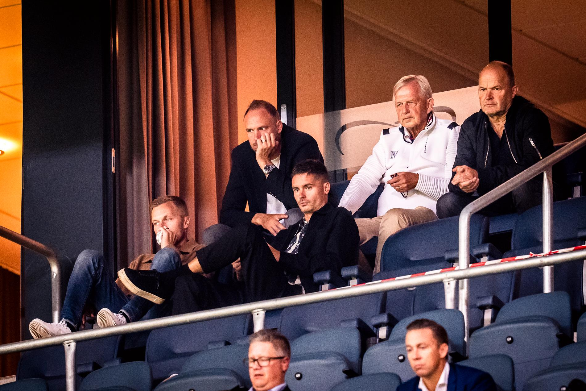 Sebastian Larsson, Andreas Granqvist och Mikael Lustig tittar på Sverige–Spanien från läktaren.