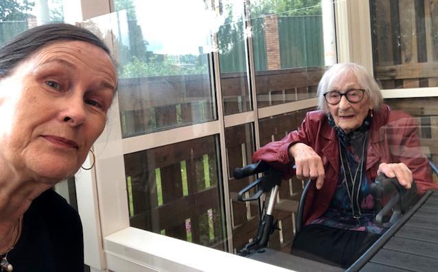 Dottern Eva Eriksson och Hildur Eriksson, från ett möte bakom plexiglasskiva.