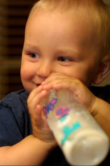 kan vara farlig Alla äldre nappflaskor i Sverige innehåller bisfenol A, ett giftigt ämne som kan framkalla cancer. Hugo Lilja snuttar på sin nya nappflaska.