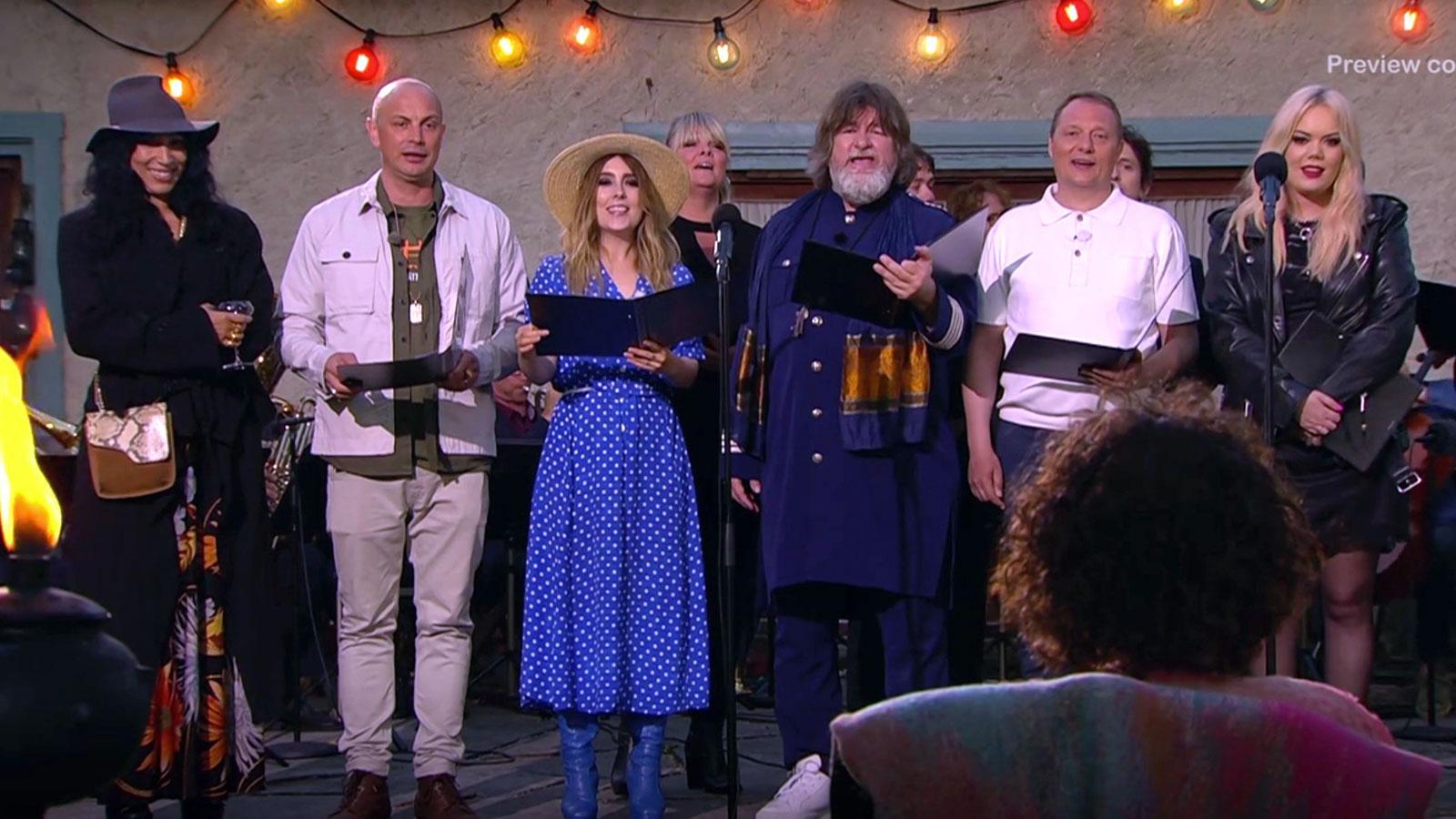 """Petter, Miss Li och de andra sjunger """"Världen är din"""" för Magnus Uggla."""