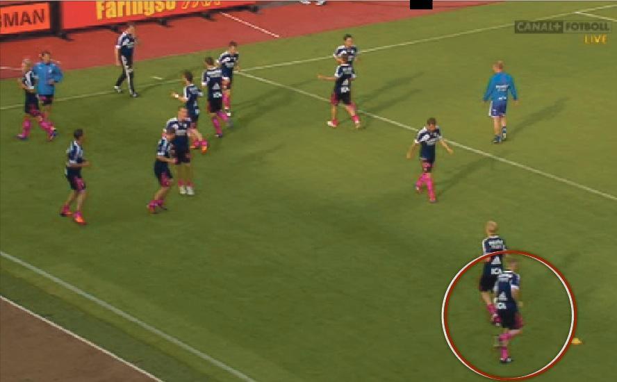 Minuter Före avspark  Kjetil Waehler syns i höger nederkant när han värmer upp. Det är under ruscherna strax före avspark som en sten ska ha träffat IFK:s mittback.