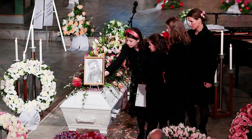 Prinsessan Märtha Louise och hennes döttrar framför Ari Behns kista vid begravningen.