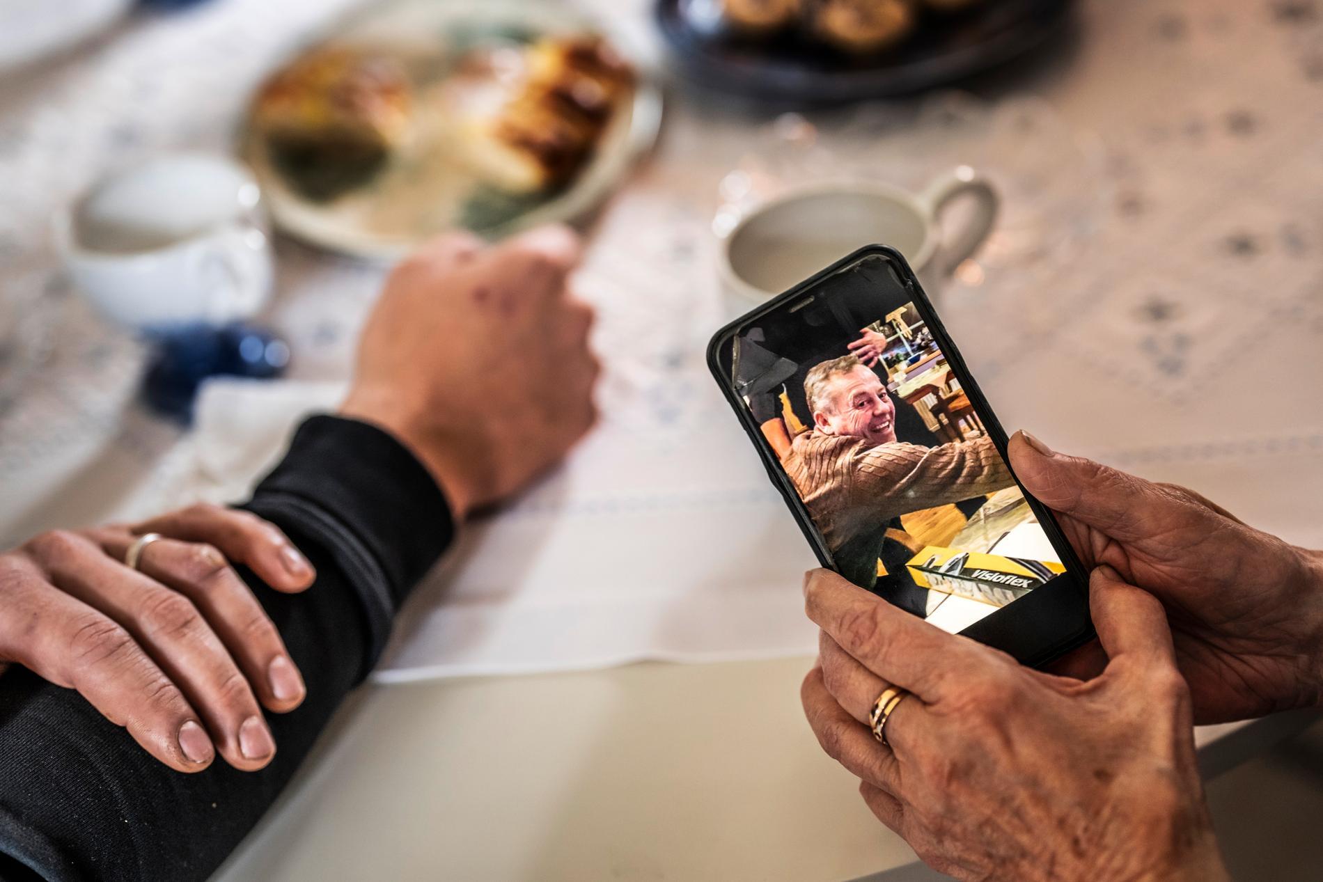 Siv tittar på sin bild av sin son i telefonen.