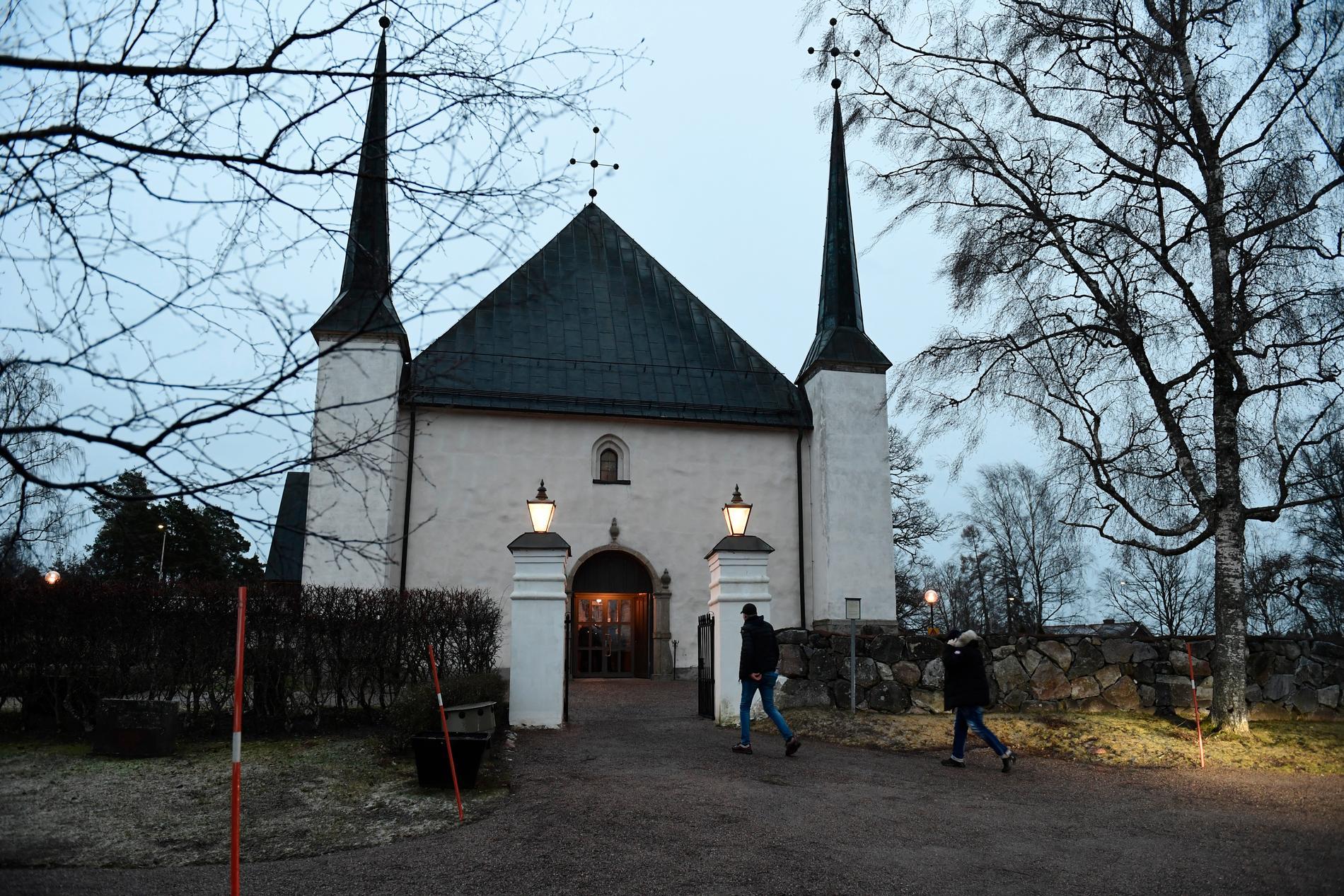 Björklinge kyrka i samband med den minnesstund som hölls för Carl dagen efter att han knivhöggs till döds.
