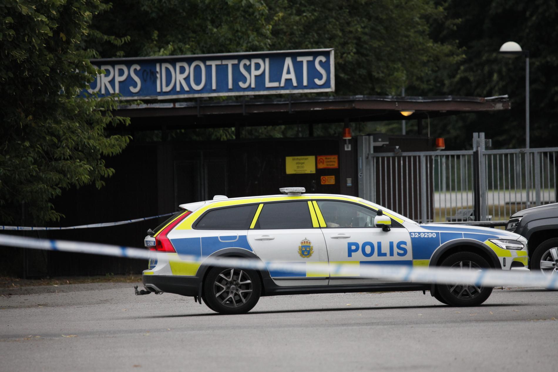 En man hittades med skottskador i Kärrtorp i södra Stockholm.