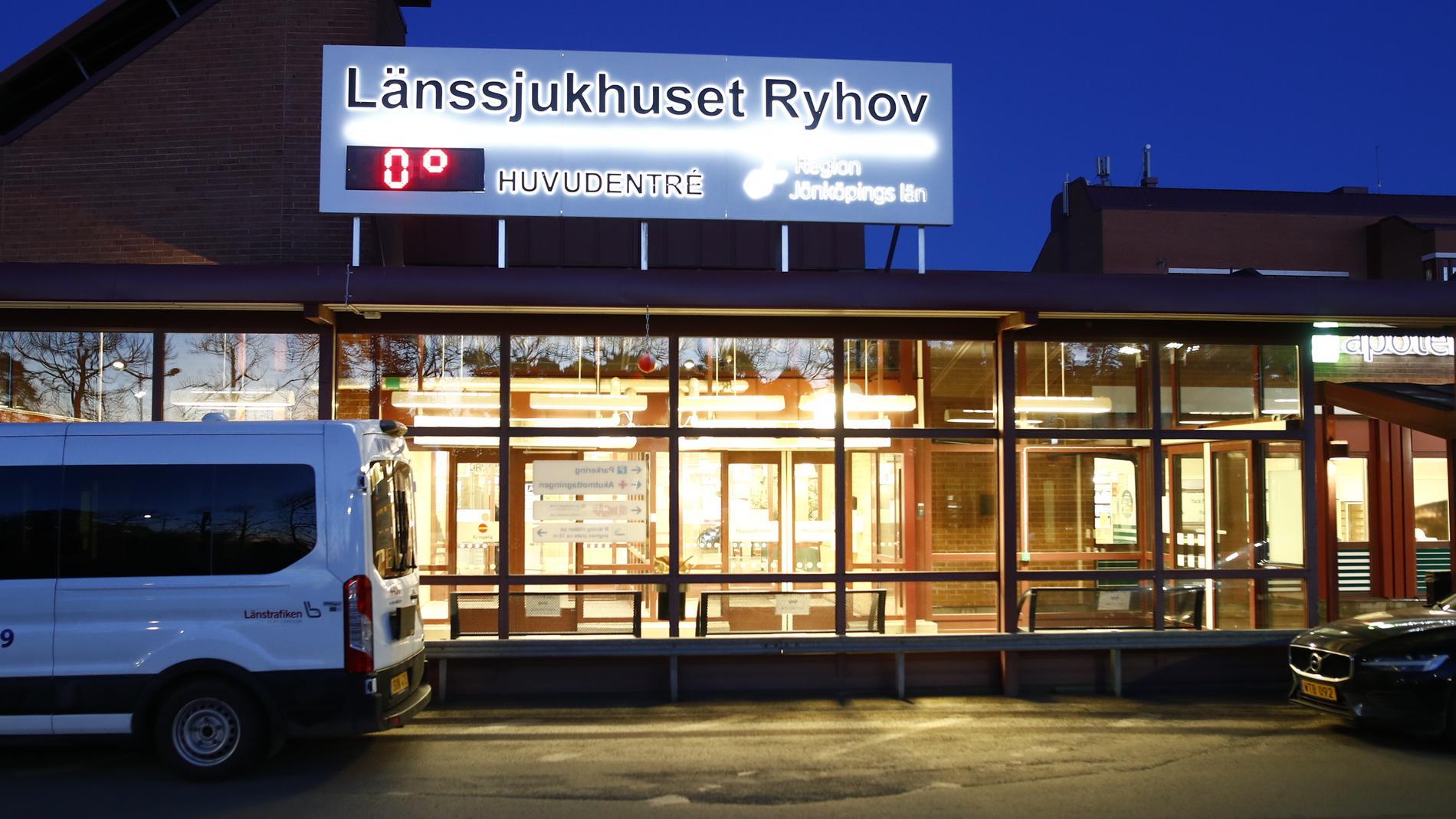 Den skadade mannen fördes till länssjukhuset Ryhov i Jönköping. Arkivbild.
