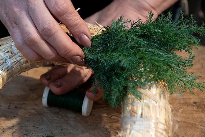 Klipp till växterna i mindre bitar, 5–15 cm långa, beroende på hur tät eller yvig du vill ha kransen.