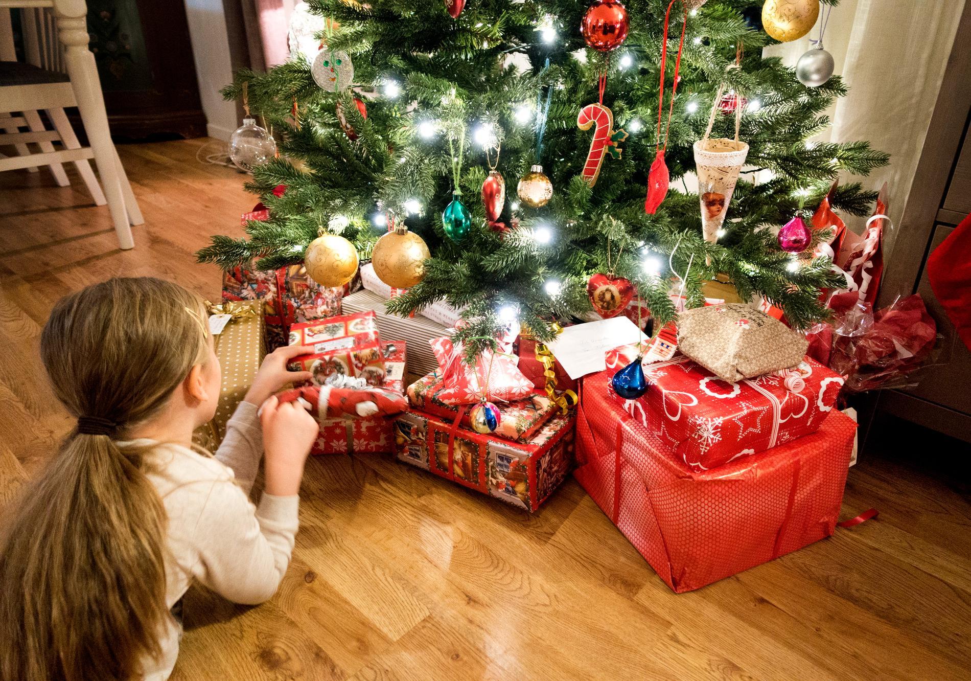 Bor man tillräckligt stort eller hyr en lokal så man kan hålla avstånd, kan det vara okej med ett större julfirande, menar Tegnell. Bilden är en genrebild.