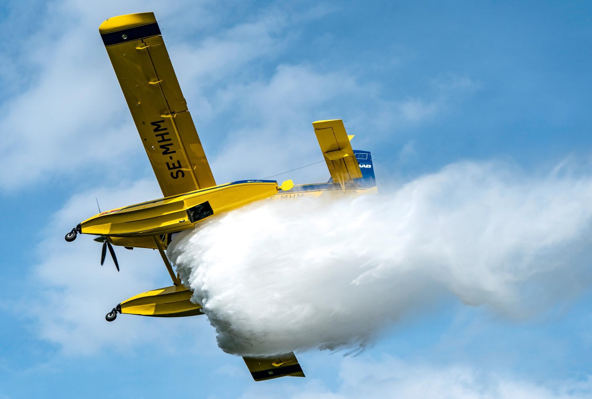 En Air Tractor AT-802 Fire Boss som används av MSB för att bekämpa skogsbränder. På bilden vattenbombas ett område vid en övning i maj.