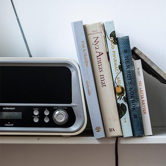 I den inbyggda hyllan i köket finns kokböcker nära till hands.